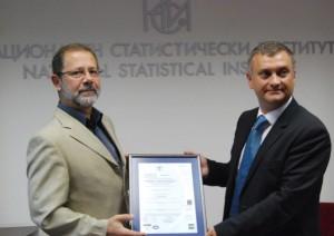 Калин Панев, Рина България, връчва сертификат на Сергей Цветарски, председател на НСИ